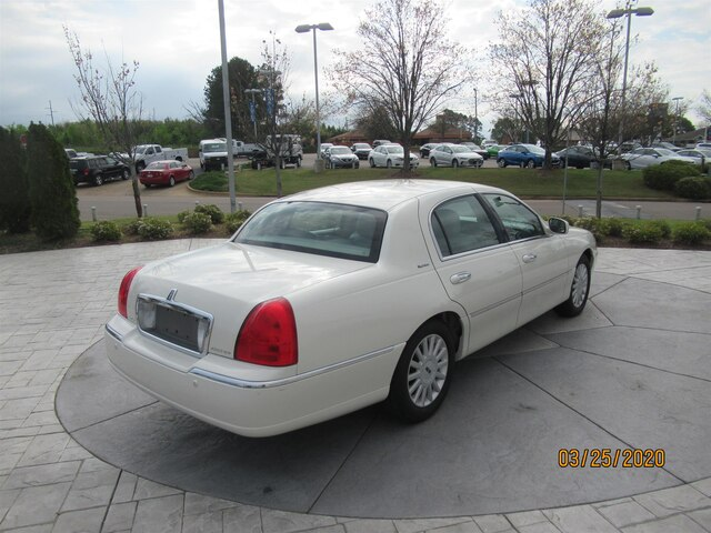 Pre-Owned 2005 LINCOLN Town Car Signature
